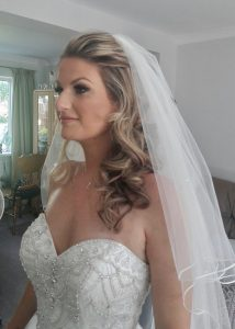 Photo os smiling blonde bride in profile